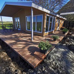 Denzo creëert hardhouten terras om chalet. Opdrachtgever Huisman b.v.