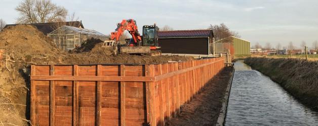 Denzo bouwt grondkering te Kalverdijk. Opdrachtgever Mats Blom Hoveniers te Tuitjenhorn.